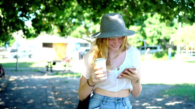 vídeos de stock e filmes b-roll de young woman taking a break and drink coffee in the park - queensland