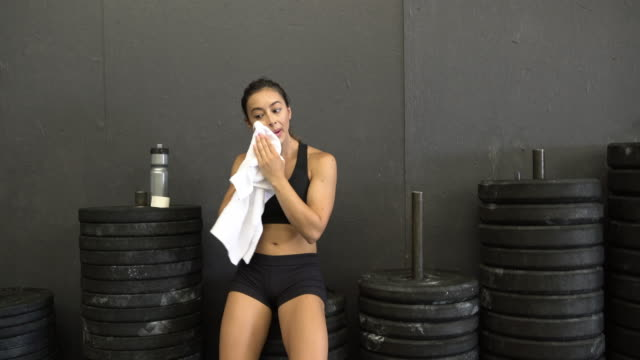ms young woman taking a break while working out in a gym - sticky tape stock videos & royalty-free footage