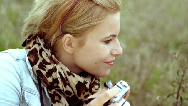 若い女性にレトロなカメラ写真
