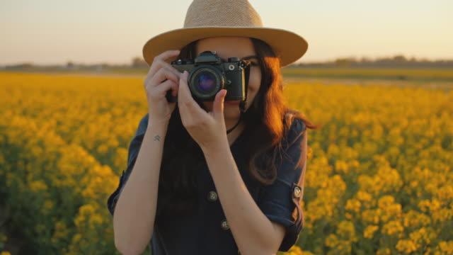 slo mo ms ts junge frau, die fotos im bereich der vergewaltigung - fotograf stock-videos und b-roll-filmmaterial