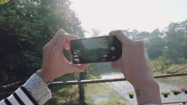 vídeos y material grabado en eventos de stock de joven tomando fotos del río pai, mae hong son, tailandia. - son