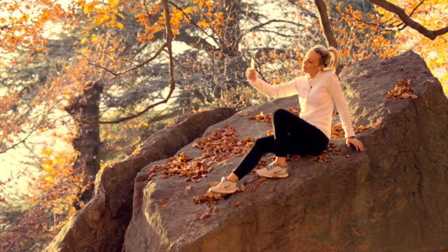 ung kvinna som tar selfie på park - softfokus bildbanksvideor och videomaterial från bakom kulisserna