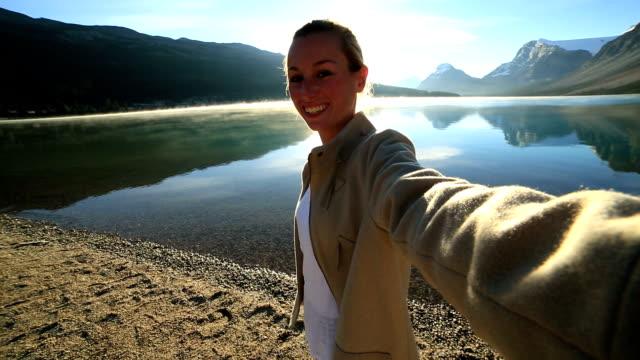 Jonge vrouw portretje van de selfie met spectaculaire berglandschap lake