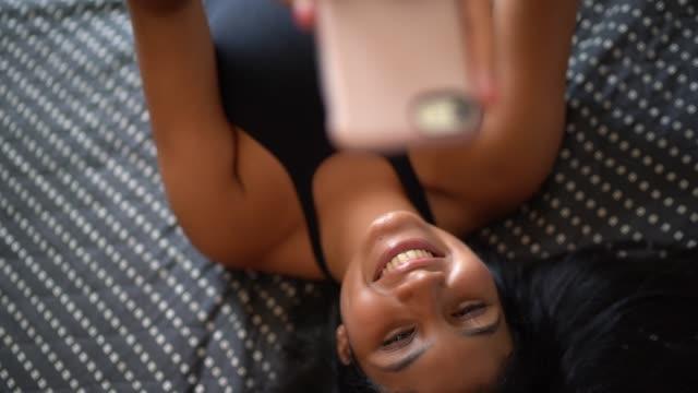 vídeos de stock, filmes e b-roll de mulher nova que toma o selfie com smartphone em casa - adolescentes meninas