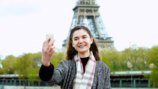 Jonge vrouw nemen selfie met smartphone