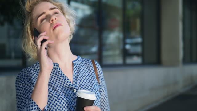 vídeos de stock, filmes e b-roll de young woman talking her phone - cabelo de comprimento médio