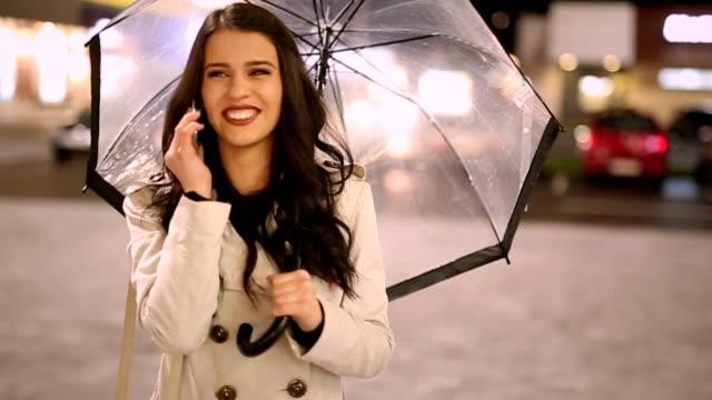 Giovane donna parlando a pioggia