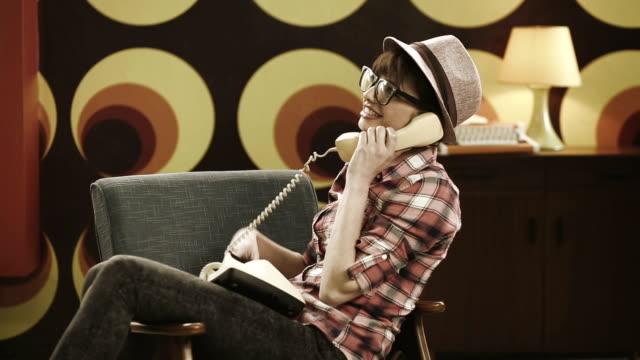 junge frau spricht am telefon - cable stock-videos und b-roll-filmmaterial