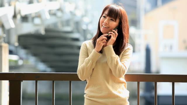 Jovem mulher a falar ao telefone