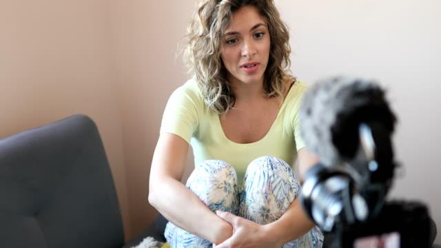 ung kvinna som pratar med kameran - endast unga kvinnor bildbanksvideor och videomaterial från bakom kulisserna