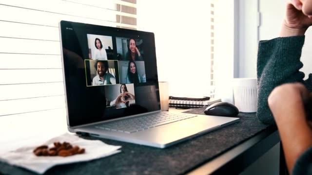 vídeos de stock, filmes e b-roll de jovem fala com amigos virtualmente durante pandemia covid-19 - gesticular