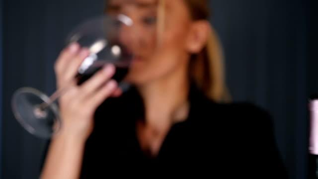vídeos y material grabado en eventos de stock de mujer joven, degustación de vino tinto - vino tinto