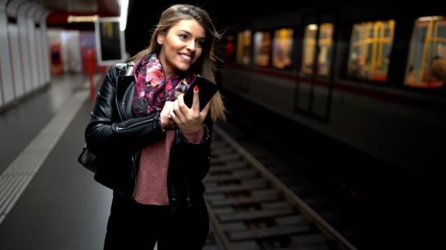 junge frau sms in einer u-bahn - passenger train stock-videos und b-roll-filmmaterial