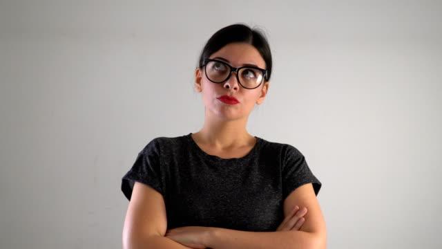 vidéos et rushes de expression de pensée de jeune femme 4k - acteur