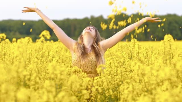 SLO-MO-junge Frau werfen Blumen in der Luft