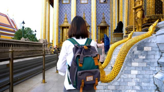 タイ バンコクの王宮の旅行若い女性客 - バックパック点の映像素材/bロール