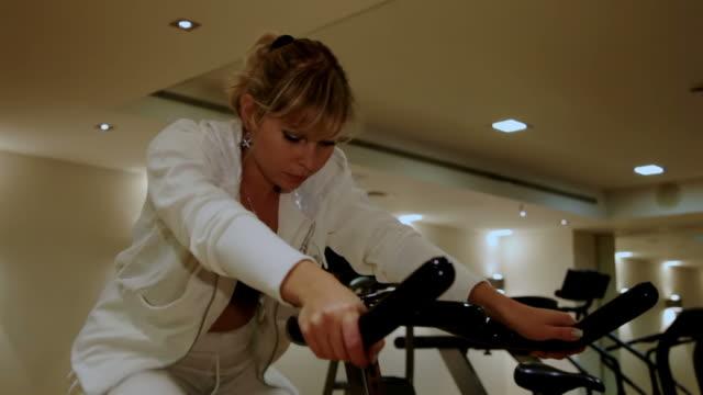 Junge Frau training am Ergometer