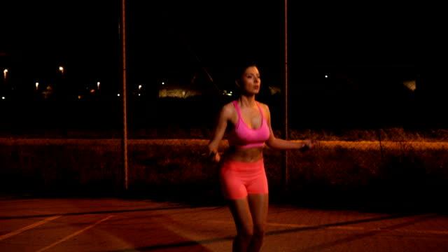 ung kvinna utbildning utomhus på natten - hopprep rep bildbanksvideor och videomaterial från bakom kulisserna