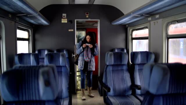 junge frau fährt mit dem zug - bahnreisender stock-videos und b-roll-filmmaterial