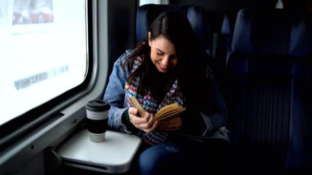 Junge Frau fährt mit dem Zug