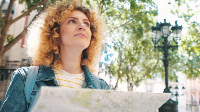 vídeos de stock e filmes b-roll de young woman traveling. - bonito pessoa
