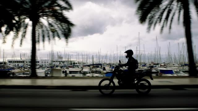 バイクの旅行は若い女性。熱帯性気候