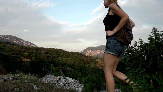 vidéos et rushes de jeune femme trekking - membre partie du corps