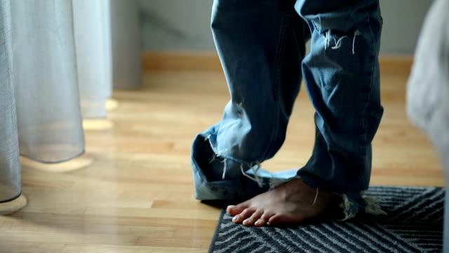 vídeos de stock, filmes e b-roll de mulher nova que tenta em suas calças de brim novas no quarto - jeans