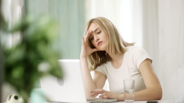 vídeos de stock, filmes e b-roll de jovem mulher tentando resolver um problema complicado no laptop - deteriorado