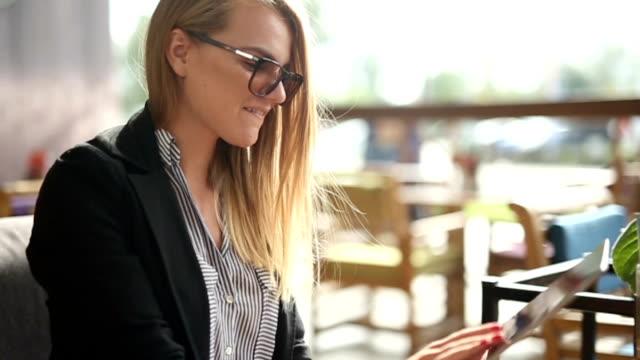 若い女性のデジタルタブレットを入力 - 若い女性だけ点の映像素材/bロール
