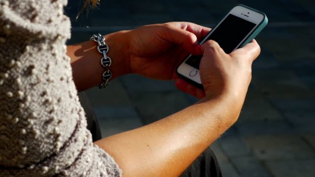 Junge Frau Tippen auf Smartphones (4 k UHD zu/HD)