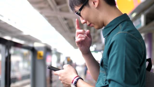 若い女性はメトロでスマートフォンを使用します - 地下鉄電車点の映像素材/bロール