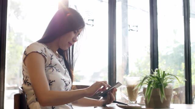 junge frau, die einen tablet pc - only young women stock-videos und b-roll-filmmaterial