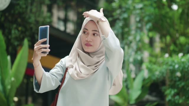 young woman using a mobile phone to take a selfie - headband stock videos and b-roll footage