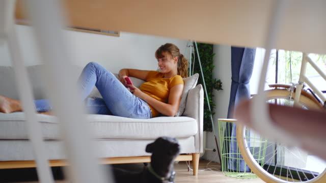 vidéos et rushes de jeune femme utilisant un stock de téléphone intelligent - hot desking