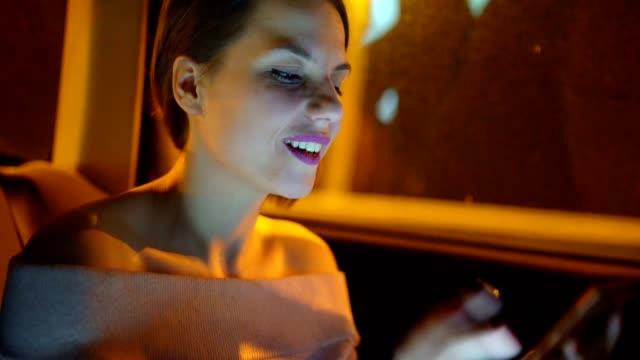 vidéos et rushes de une jeune femme utilisant l'internet sur le téléphone mobile pour faire du shopping - la vingtaine