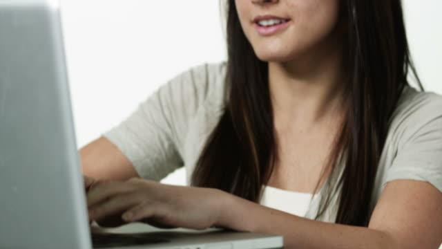 vidéos et rushes de cu tu young woman using laptop / orem, utah, usa - orem