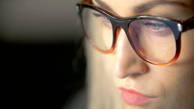 若い女性使用のノート パソコン
