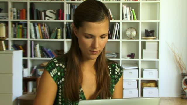 stockvideo's en b-roll-footage met ecu, zo, young woman using laptop - flexplekken