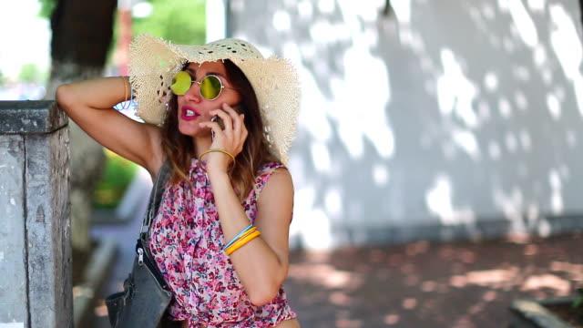 若い女性が路上で携帯電話を使用して - 若い女性一人点の映像素材/bロール