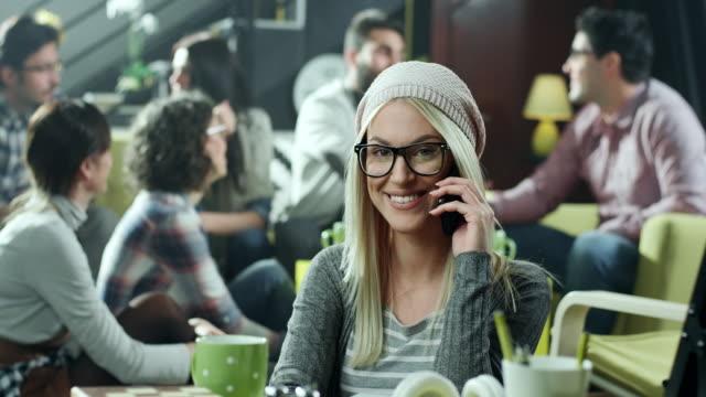 Giovane donna utilizzando il telefono cellulare