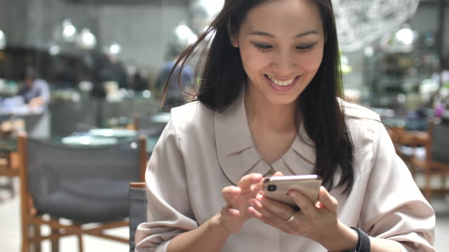 giovane donna che usa il telefono - azionare video stock e b–roll