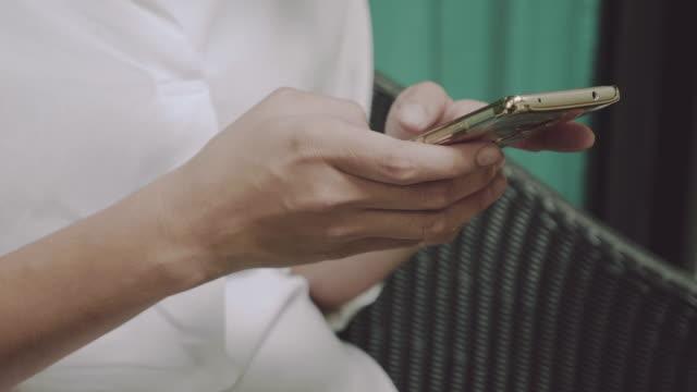 Junge Frau mit Smartphone im Café.