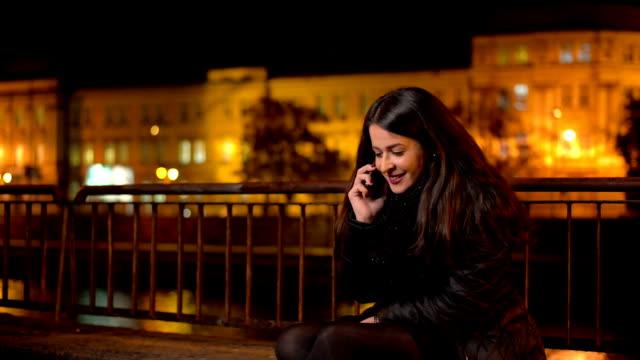 Giovane donna utilizzando smartphone