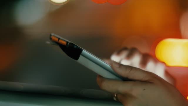 ung kvinna med tablett med vackra bokeh, reglaget panorering närbild - blurred motion bildbanksvideor och videomaterial från bakom kulisserna