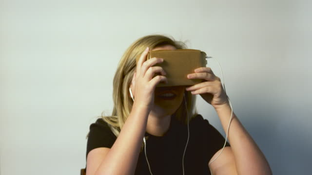 Jonge vrouw met behulp van Virtual Reality apparaat
