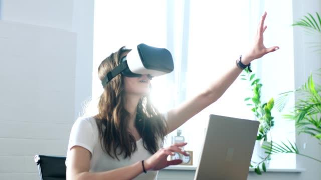 junge frau mit virtual-reality-brille. großen imaginäres objekt berühren - young women stock-videos und b-roll-filmmaterial