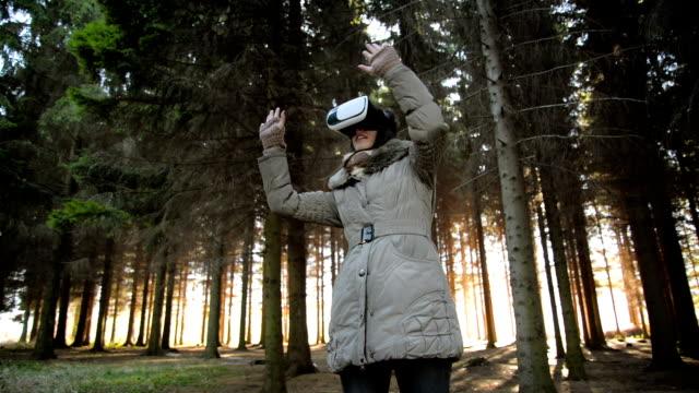Jonge vrouw met behulp van virtual reality bril
