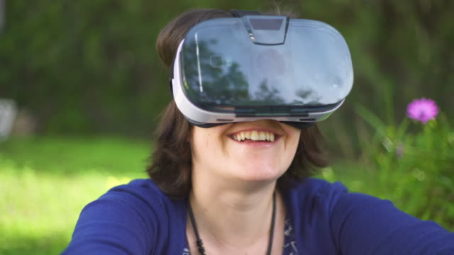 young woman using vr glass - abblenden stock-videos und b-roll-filmmaterial