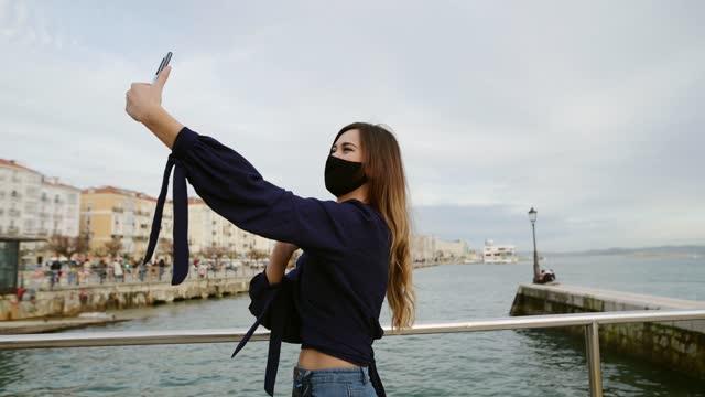 vídeos de stock, filmes e b-roll de vídeo de jovem chamando ao ar livre - smart